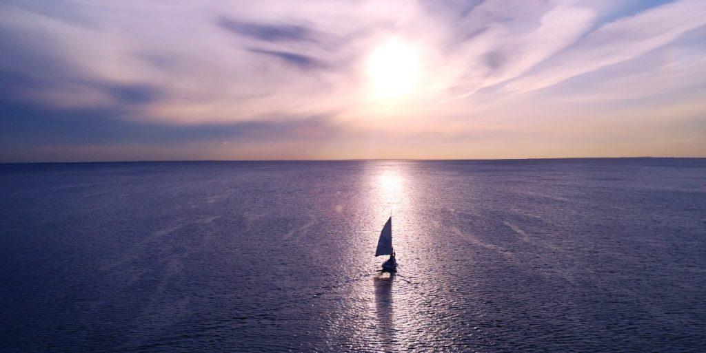 Purjelaiva aavalla merellä.